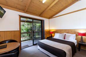 greatoceanroadmotorinn_cottage_bedroom-1-300x199